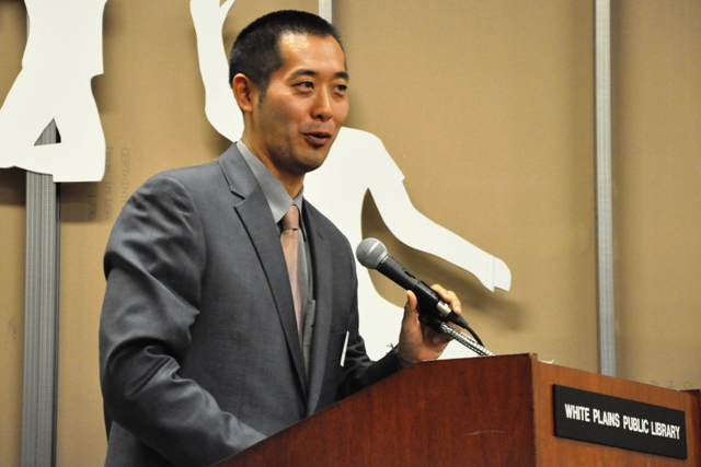 Rev. Eitaro Hayashi accepts Teen Spirit Award